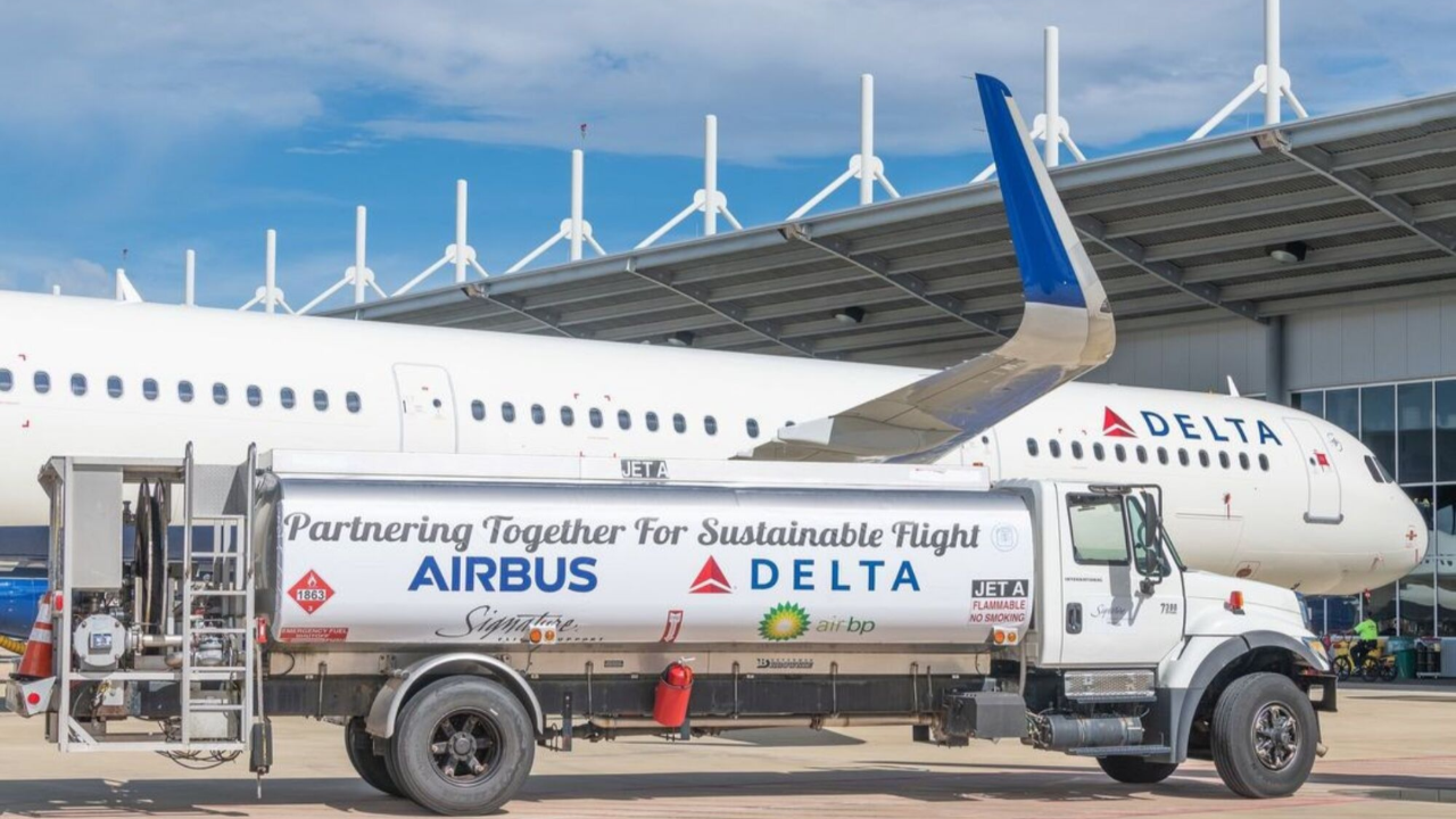 Delta plane - Delta will use biofuels and carbon offsets in coordination with Air BP