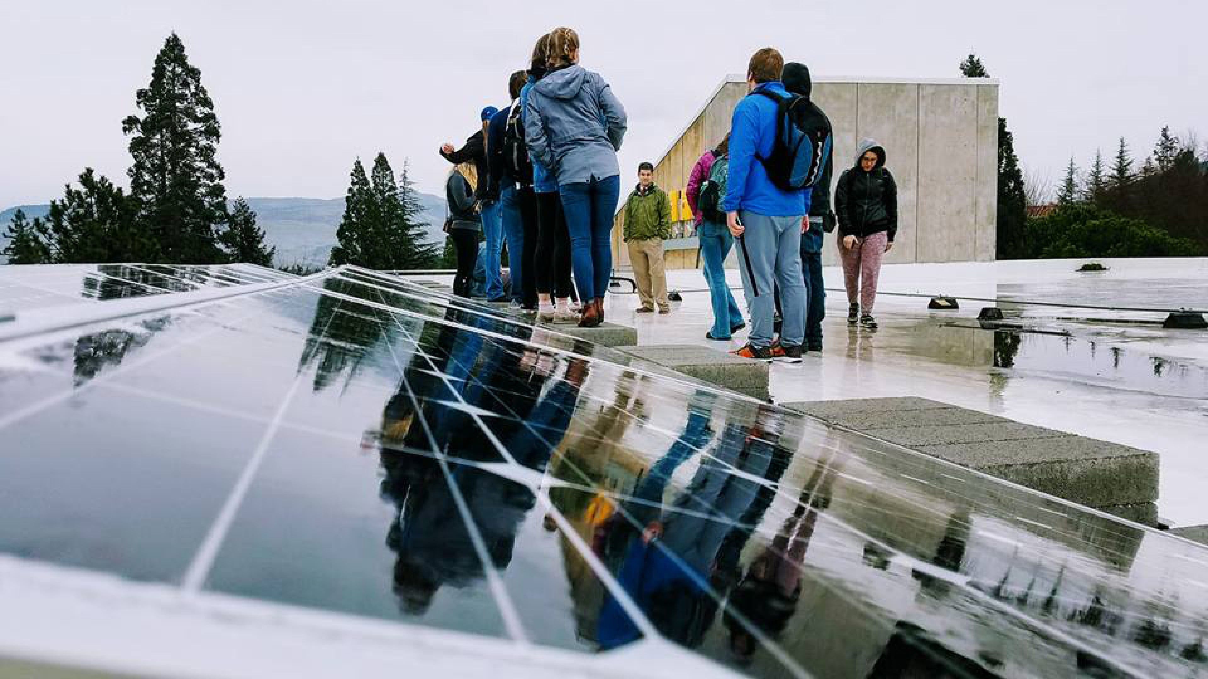 A class from Southern Oregon University on a sustainability and energy tour